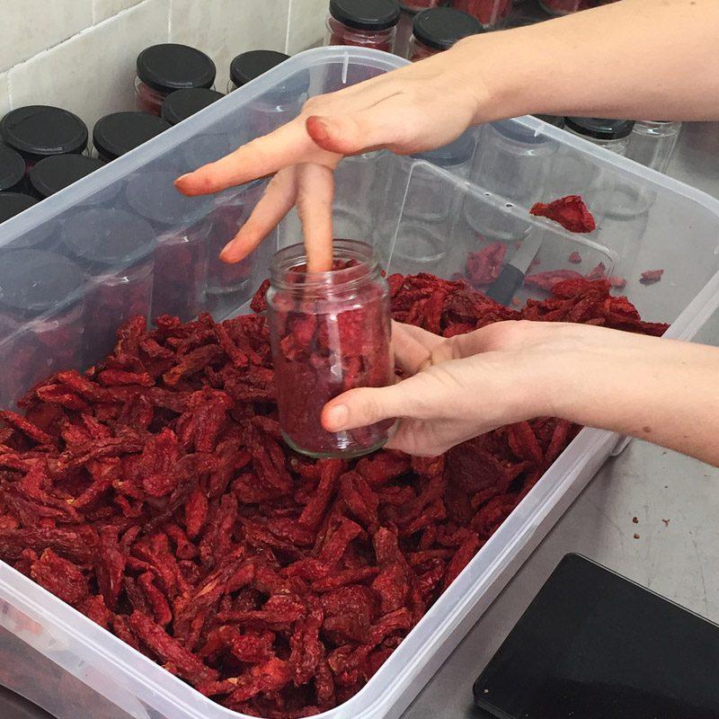 sušeni paradajz punjenje teglice